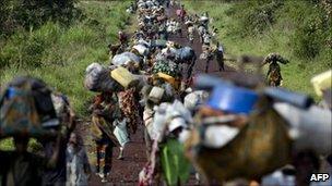People fleeing fighting in eastern DR Congo - November 2008