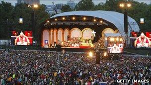 Thousands gather at Hyde Park for open air prayer vigil held by the Pope