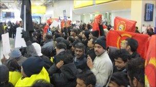 Tamil Tiger supporters await President Rajapaksa's arrival in London