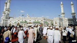 Pilgrims walk outside the Great Mosque in Mecca during the Hajj (18 November 2010)