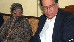 Salman Taseer with Asia Bibi. 20 Nov 2010