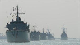 Royal Navy minesweepers patrol the Gulf - BBC News