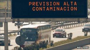 A sign above Madrid's M30 motorway warns drivers that high levels of pollution are expected (8 February 2011)