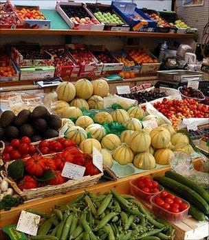 Fruit and veg market stall (Image: BBC)