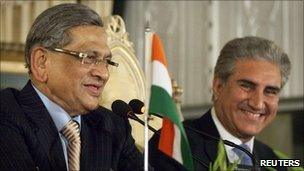 Indian Foreign Minister MS Krishna (L) and his Pakistani counterpart Shah Mehmood Qureshi hold a joint news conference in Islamabad in this July 15, 2010 file photo.
