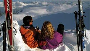 Skiing couple. Pic: Copyright of VisitScotland and ScottishViewpoint