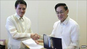 Philippine government representative Alexander Padilla (L) and Luis Jalandoni of the NDF at talks in Norway