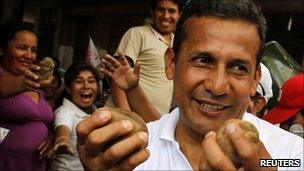 Ollanta Humala holding potatoes during a rally in Lima, 24 March 2011