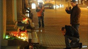 Prayers at Oktyabrskaya station after bombing, 12 Apr 11