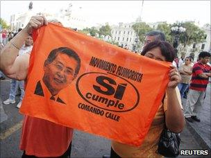 Supporters of Keiko Fujimori hold up a banner showing Alberto Fujimori at a rally in Lima (11 April 2011)