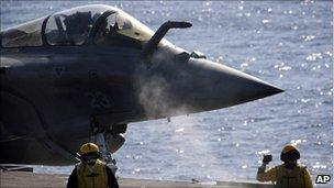 A Rafale fighter jet returns from a mission over Libya to France's flagship Charles de Gaulle aircraft carrier, in the Golf of Sirte, off the Libyan coast, 12 April 2011.