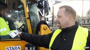 True Finns candidate Toni Paussu campaigning in Helsinki, 15 Apr 11