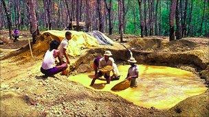 Miners search for gems in Sri Lanka