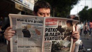 Man in Serbian capital Belgrade reads news of Mladic arrest, 26 May 11