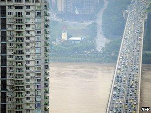 Morning traffic crosses the Huanhuayuan bridge in southwest China's Chongqing municipality