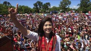 Yingluck Shinawatra at a Pheu Thai Party rally (June 2011)