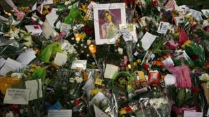 Messages and flowers in memory of Amy Winehouse