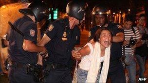 Police arrest protester in Madrid. 4 Aug 2011