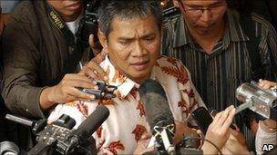 Member of Ahmadiyah sect Deden Sudjana, centre, speaks to the press after his trial at a district court in Serang, Banten, Indonesia, Monday, Aug. 15, 2011