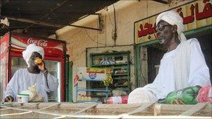 men drinking juice at Damazin market