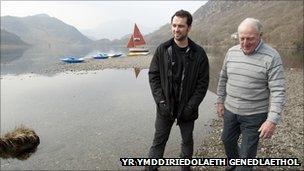 Matthew Rhys gyda'r ffermwr Ken Owens ar lan Llyn Dinas