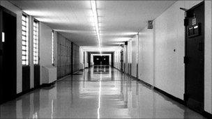 UN urges ban on solitary confinement - BBC News