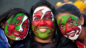 Cefnogwyr Cymru yn Stadiwm Eden Park Auckland