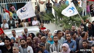 Supporters of Ennahda movement wave party flags - 24 October 2011