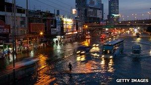 Traffic on a flooded street in Lat Phrao, Bangkok (4 Nov 2011)