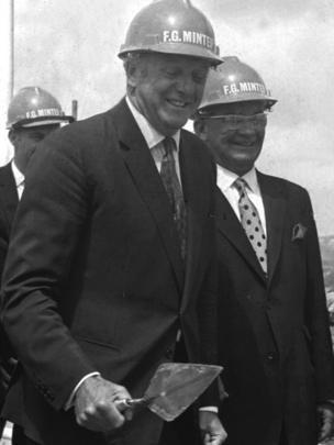 Y seremoni gorffen yn 1967