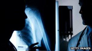 Surgeons discuss X-ray images