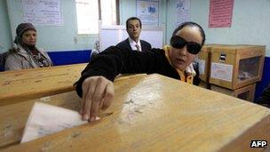 A woman votes in Cairo (14 December 2011)