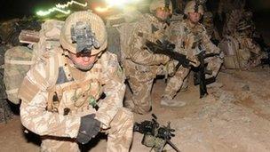 Aelodau o'r Bataliwn Cyntaf Brenhinol Cymreig yn Afghanisatan yn 2010