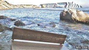 Sedd ag arni enw'r Costa Concordia a gafodd ei golchi i'r lan ger Ynys Giglio