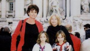 Karen a Sandra Rogers gydag Emma a Chloe