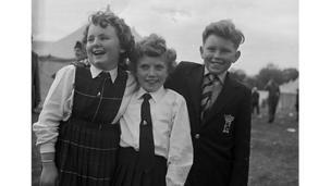 Dyma lun gan arall Geoff Charles o Eisteddfod yr Urdd yn Aberdâr yn 1961. Oes rhywun yn gwybod pwy ydi'r tri?