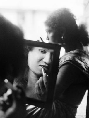 Eunuch looking into a mirror (Photo: Pablo Bartholomew)