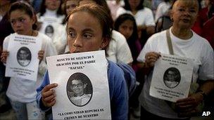 Colombian churchgoers mourn the two killed priests, 27 January 2011