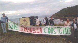 Protest yn erbyn cau'r orsaf yn Abertawe