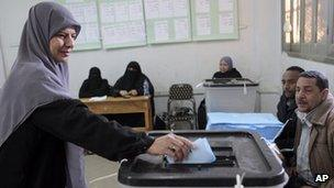 Woman casts her ballot in the Shura Council elections (29 January 2012)