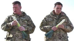 Aelodau o'r Marchfilwyr Cymreig yn bwyta cennin amrwd yn nhalaith Helmand yn Afghanistan