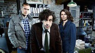 Darren Boyd as Richard Macduff, Stephen Mangan as Dirk Gently and Helen Baxendale as Susan Harrison