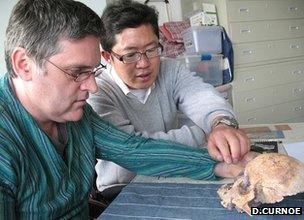 Researchers discuss skull (D.Curnoe)