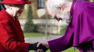 Dr Williams gyda'r Frenhines yn Llundain ym mis Chwefror 2012