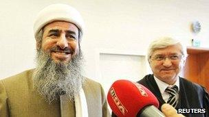 Mullah Krekar (L) with one of his lawyers in a courtroom in Oslo