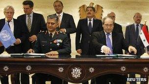 Syria's Deputy Foreign Minister Faisal al-Mekdad (R) and Gen Abhijit Guha, the Deputy Military Adviser in the UN Department of Peacekeeping Operations, sign an agreement in Damascus, 19 April 2012