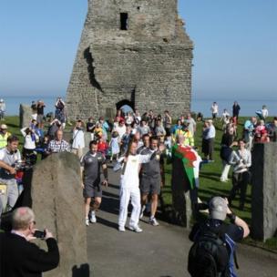 Wedi teithio ar hyd y Prom fe aeth y Fflam i weddillion y Castell yn Aberystwyth wrth i Colin Davies ei chludo