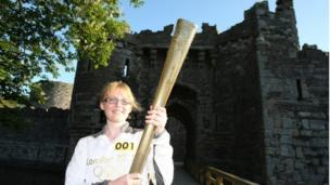 Lorna Price oedd y cyntaf i gludo'r Fflam ddydd Mawrth gan gychwyn yng Nghastell Biwmares