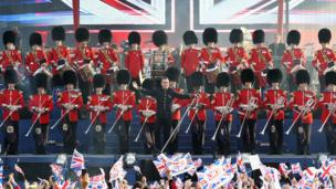 Robbie Williams surrounded by guardsmen