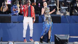 Will.i,.am singing with Jessie J